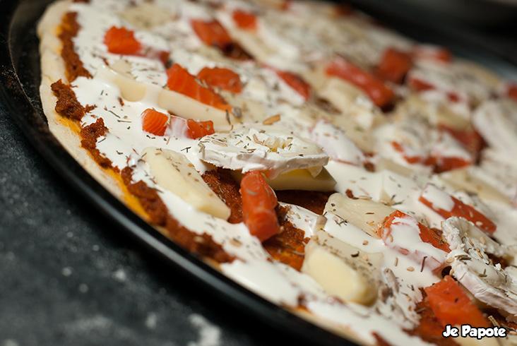 Pizza au saumon maison prête à être enfournée