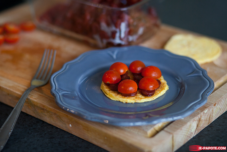 pancake d'omelette avec tomates cerises
