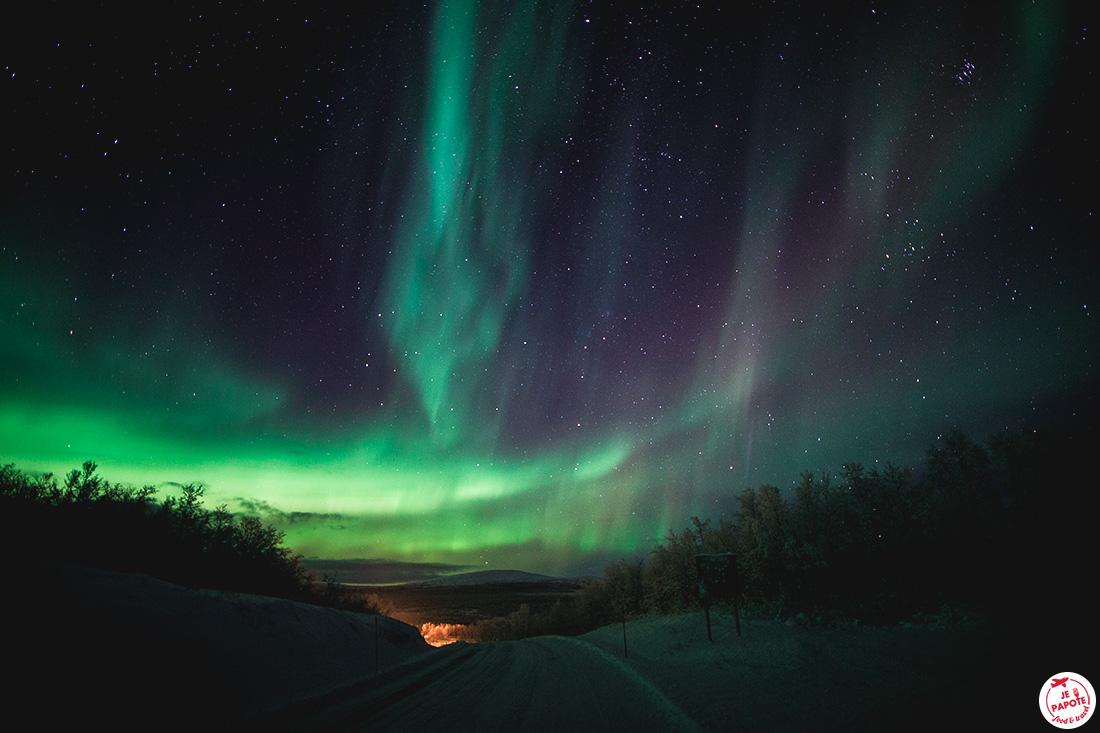 aurore boréale sur la route