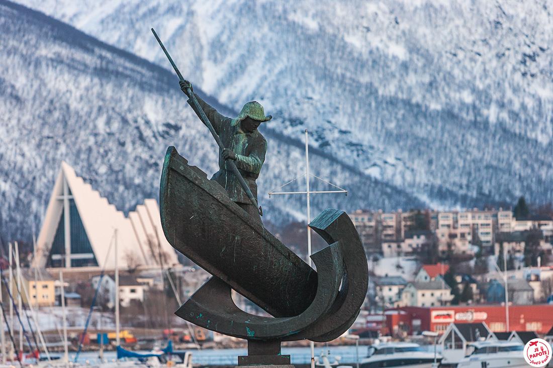 Le pêcheur, statue symbolique de Tromso, sur la rue principale, Storgata
